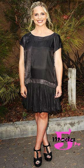 Outro look trabalhado no preto. Pessoalmente adoro esses vestidos com cintura baixa, estilo anos 1920. Acredito que eles são divertidos e femininos!