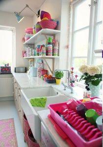 Tons vibrantes e tons pastel ficam muito bem juntos! E quem quiser pode até definir um tema para a cozinha!