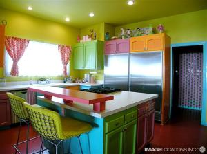 Para quem não pode trocar os móveis da cozinha a ideia é usar uma tinta específica para deixar a mobília mais interessante.